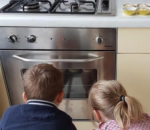 bakken-met-kinderen-kijken
